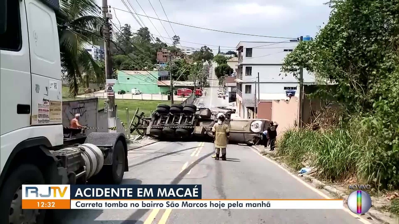 Carreta tomba no bairro São Marcos, em Macaé, na manhã desta quarta (parte 2)