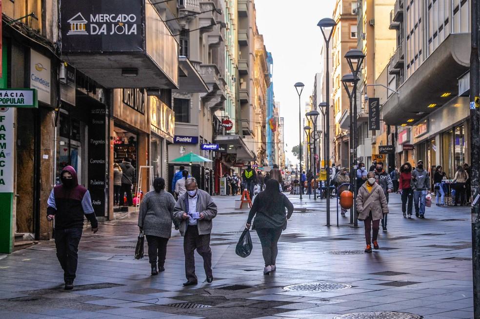 1º de junho - Movimentação no Centro de Porto Alegre na manhã desta segunda-feira (1º) — Foto: Omar de Oliveira/FotoArena/Estadão Conteúdo