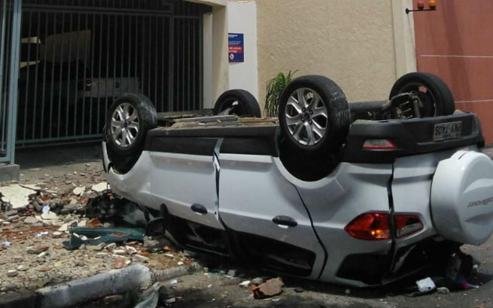 Carro ficou destruído; manobrista teve ferimentos leves — Foto: Madalena Braga/TV Subaé