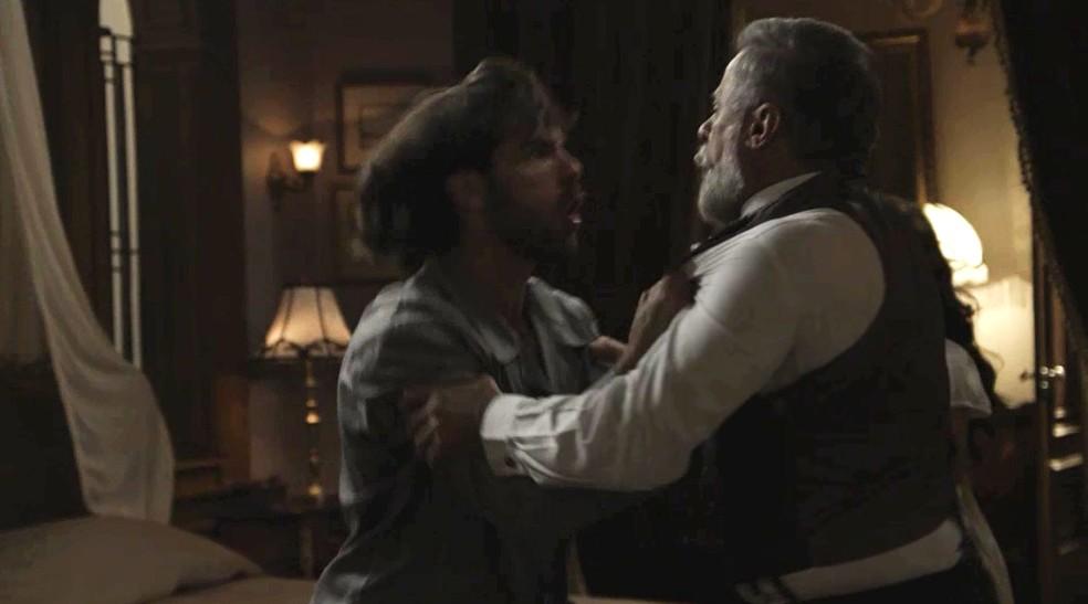 Rômulo fica sabendo do que aconteceu entre o Almirante e a esposa e perde o controle (Foto: TV Globo)