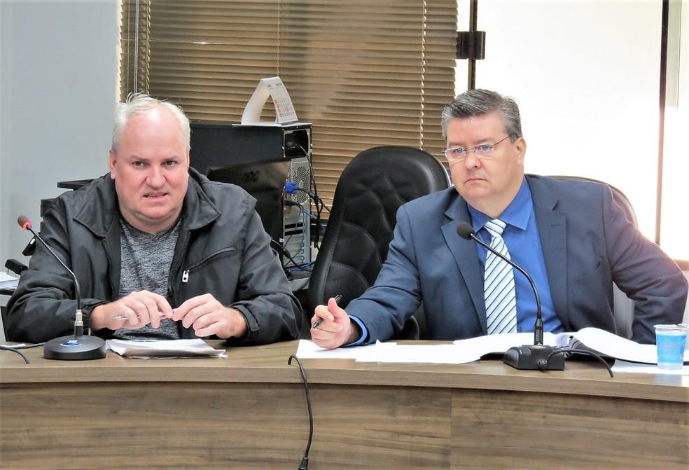O vereador Neco e o advogado que o defende, Giovani Miguel Lopes, acompanharam os depoimentos das testemunhas nesta quarta-feira (11) — Foto: Câmara de Vereadores de Marechal Cândido Rondon/Cristiano Viteck