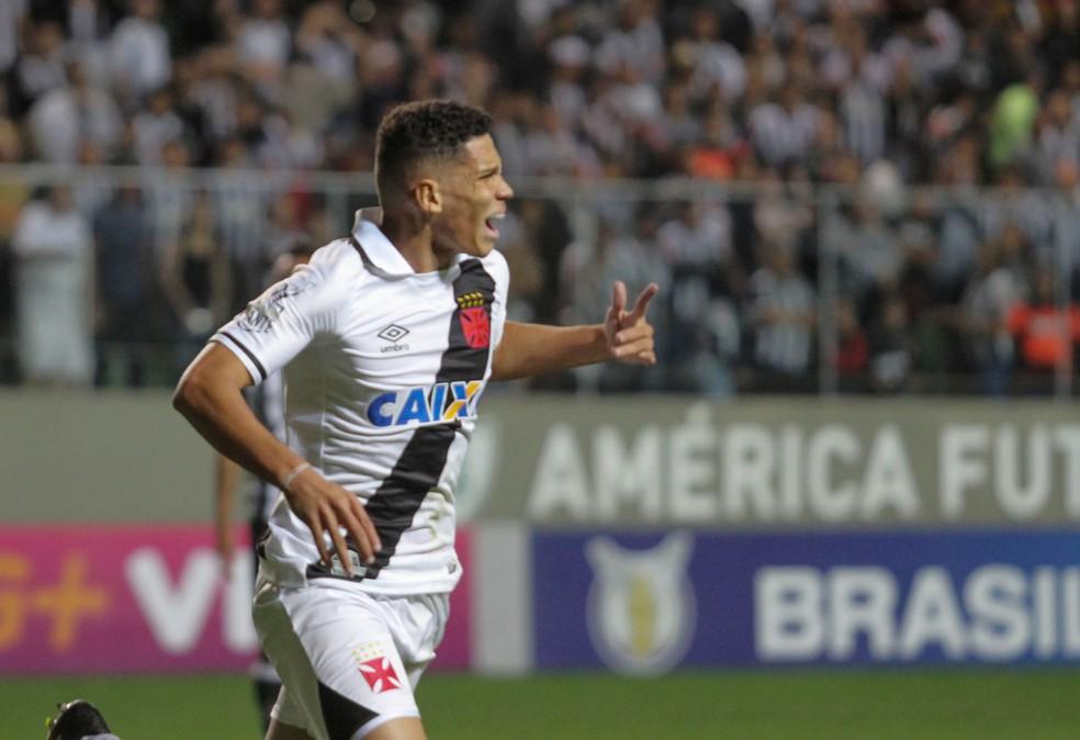 Paulinho comemora um de seus gols na vitória sobre o Atlético-MG (Foto: Agência Estado)