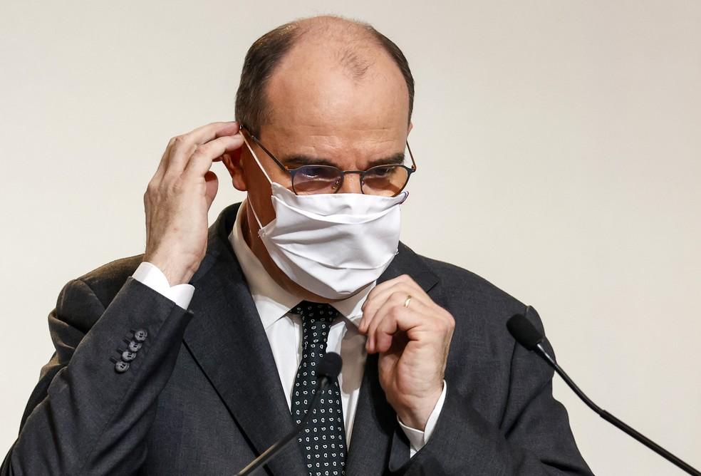 Primeiro-ministro da França, Jean Castex, ajusta máscara durante coletiva de imprensa em dezembro de 2020 — Foto: Thomas Samson/Pool/AFP