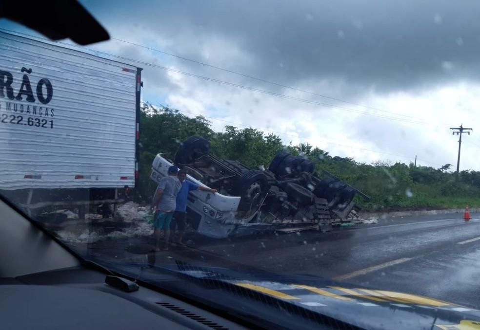 Caminhão tombou na BR-116 — Foto: Reprodução