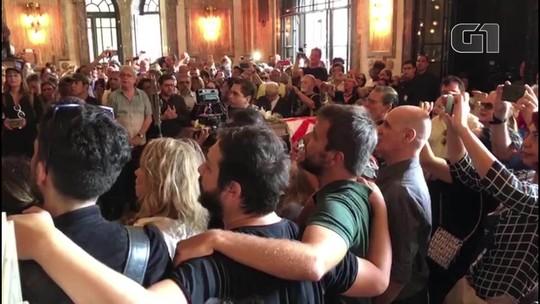 Fãs se despedem de Bibi Ferreira cantando músicas de Edith Piaf