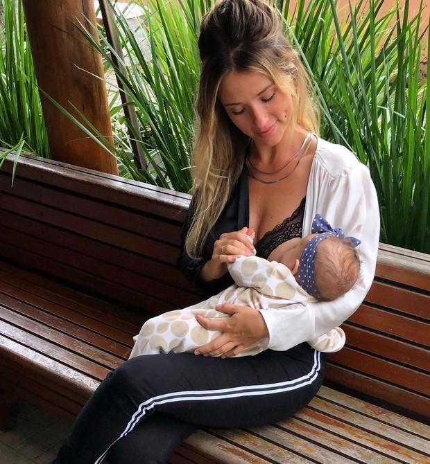 Juliana Didone amamenta Liz em post pró-amamentação (Foto: Reprodução / Instagram)