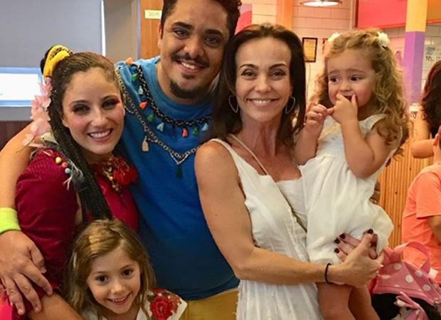 Os atores Chico Abreu e Liv Izar posam com Flávia Monteiro, Sophia e Milena (Foto: Reprodução/Instagram)