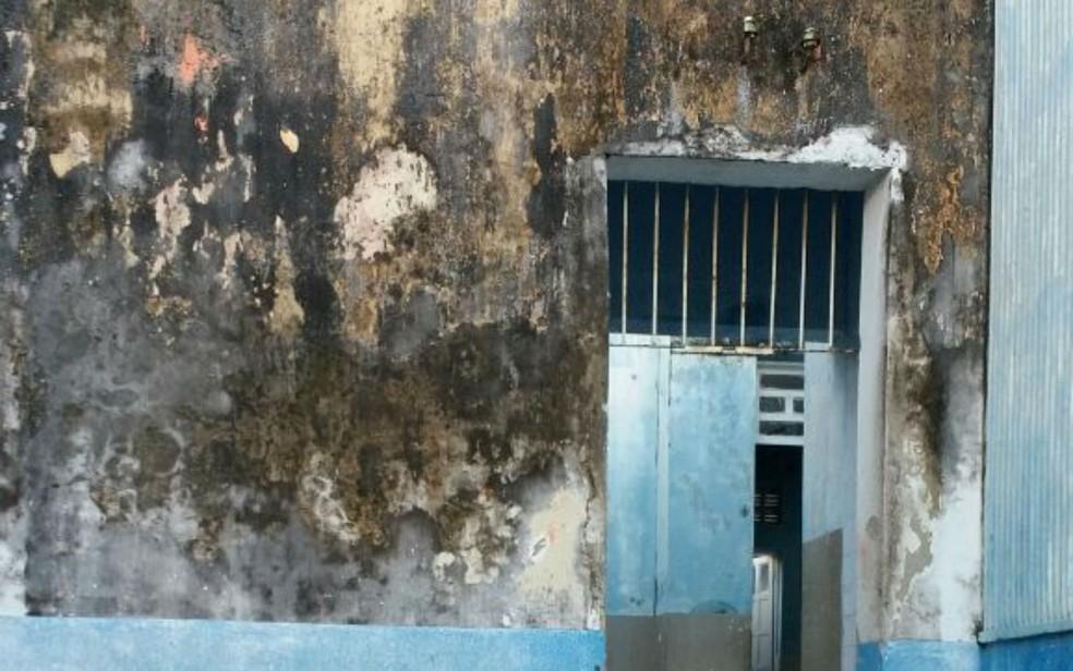Paredes e teto da escola estão com infiltrações  (Foto: Croline Santos de Jesus)