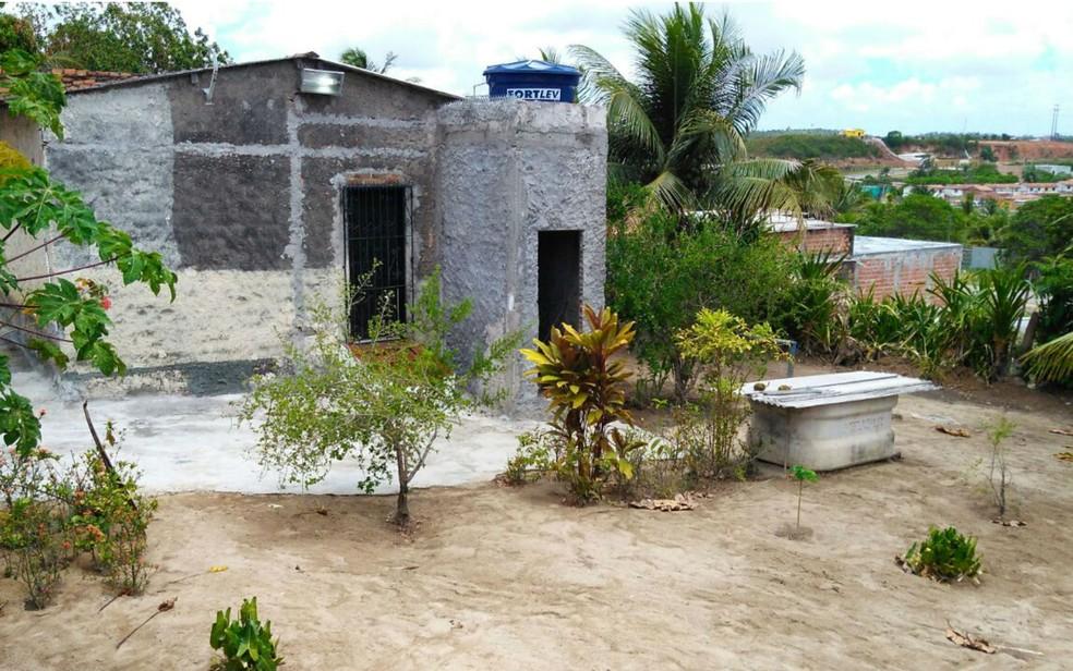 Quintal da casa do casal, onde cova foi encontrada pela polícia (Foto: Fabrício Silva/TV Bahia)