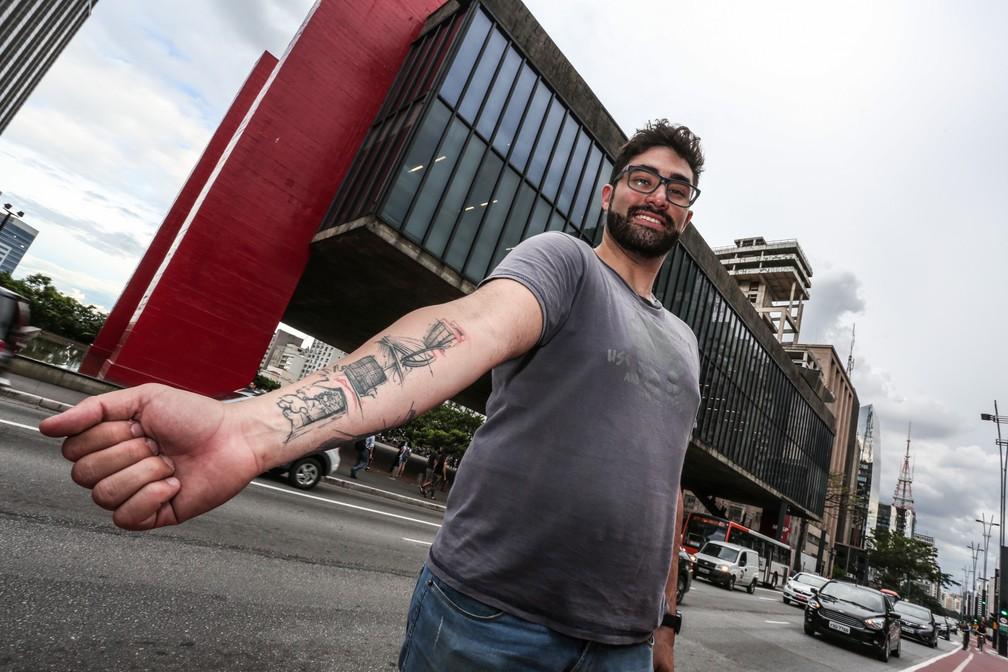 Lucas Soares Lins tem monumentos e edifícios de SP tatuados no antebraço. Seu preferido é o Masp (Foto: Fábio Tito/G1)
