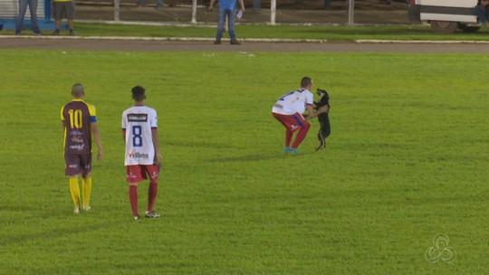 Cachorro invade campo durante jogo do Campeonato Estadual de Rondônia