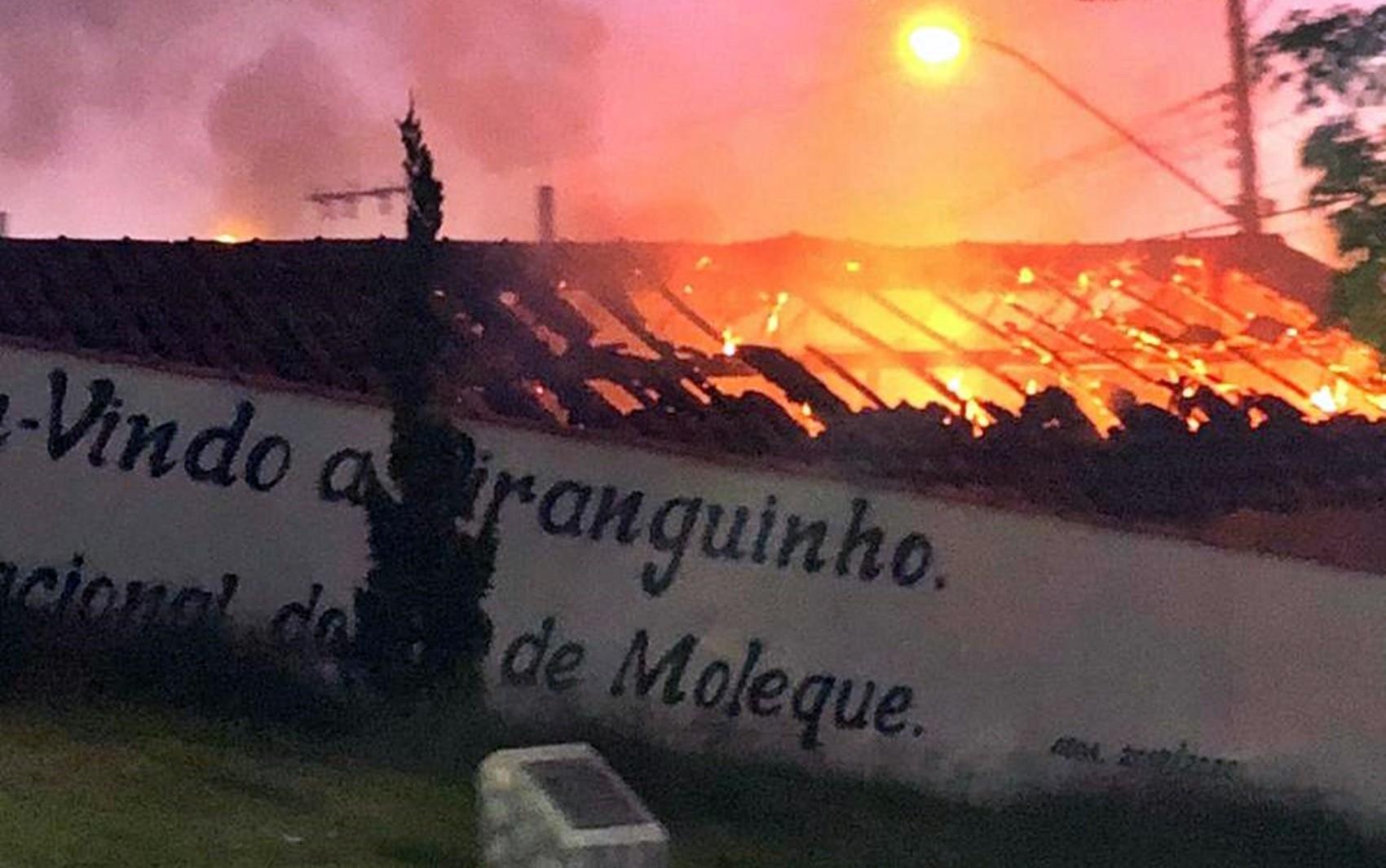 Casa pega fogo e morador é resgatado por vizinhos em Piranguinho, MG