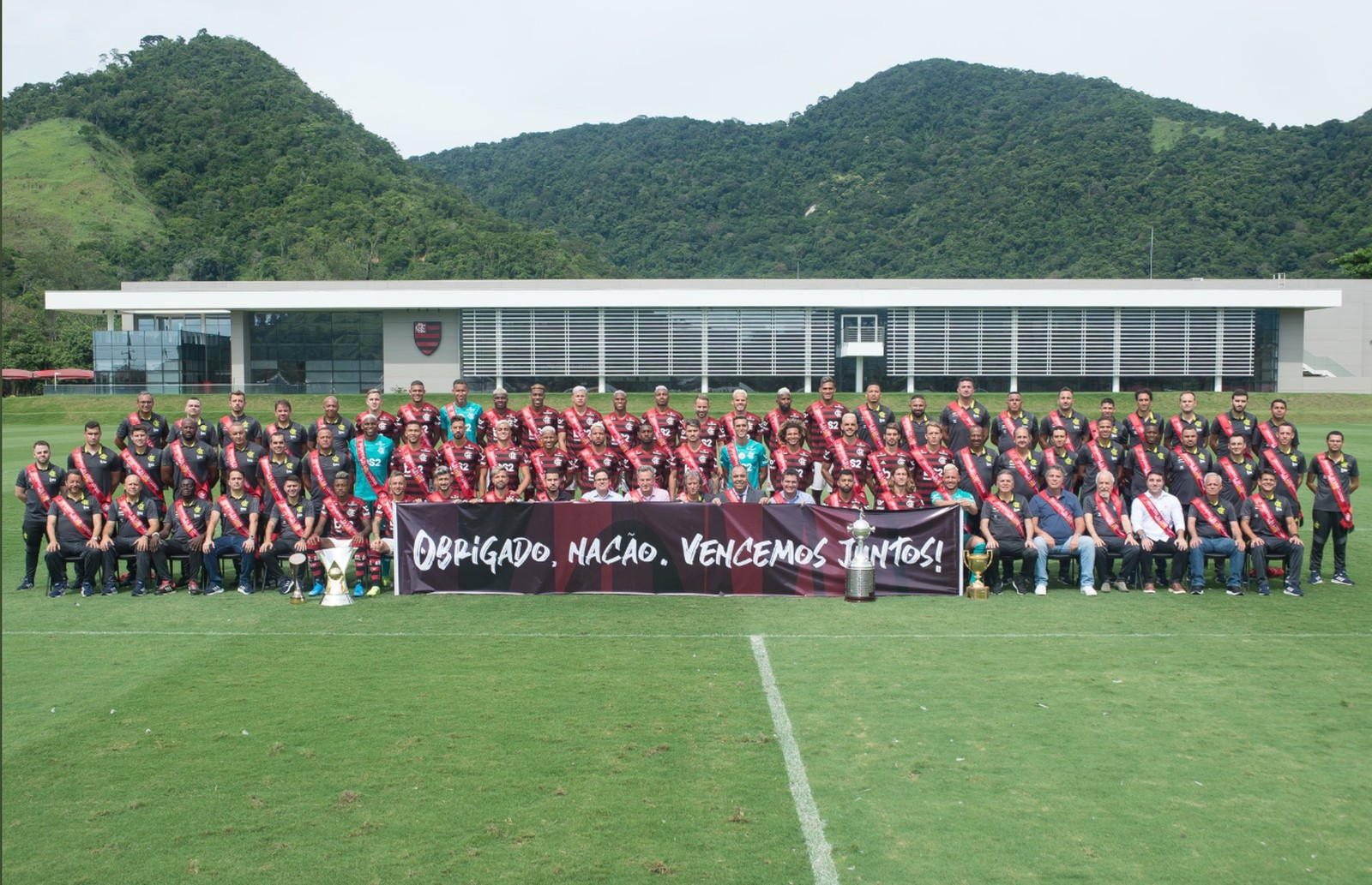 Com taças, Flamengo posa para foto oficial antes de viagem para o Catar