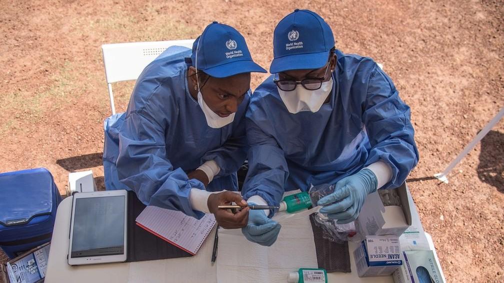 Funcionários da área da saúde que atuam na contenção do ebola na África — Foto: AFP