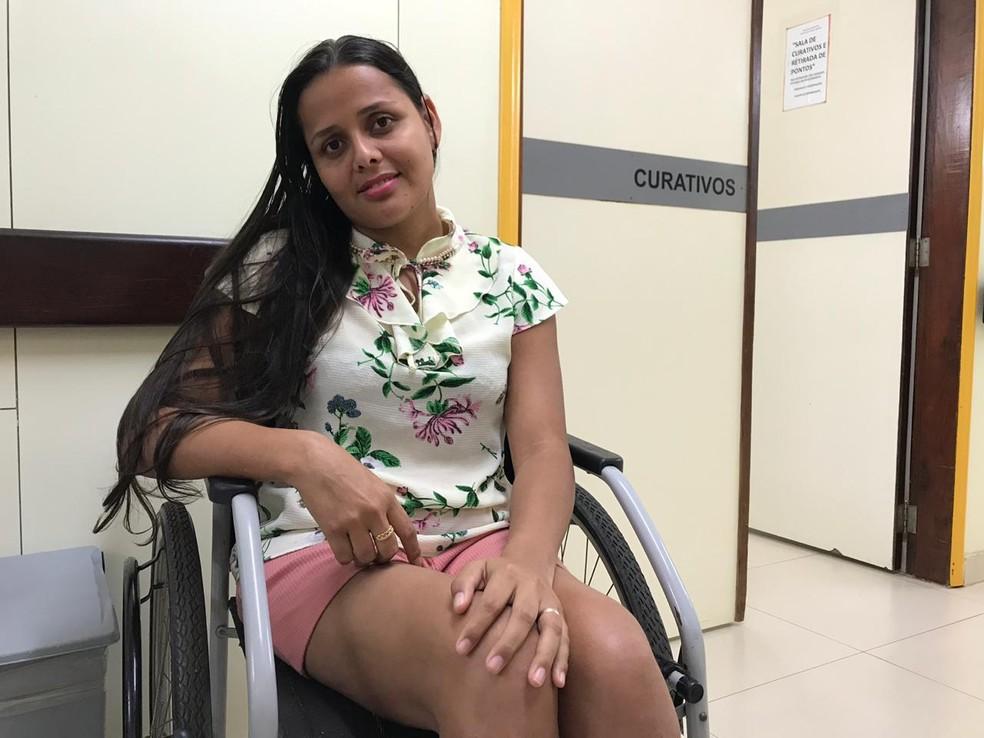 A baiana Daiana da Silva Nascimento, de 26 anos, após concluir o tratamento do pé torto congênito no Instituto Hospital de Base, em Brasília — Foto: Luiza Garonce/G1