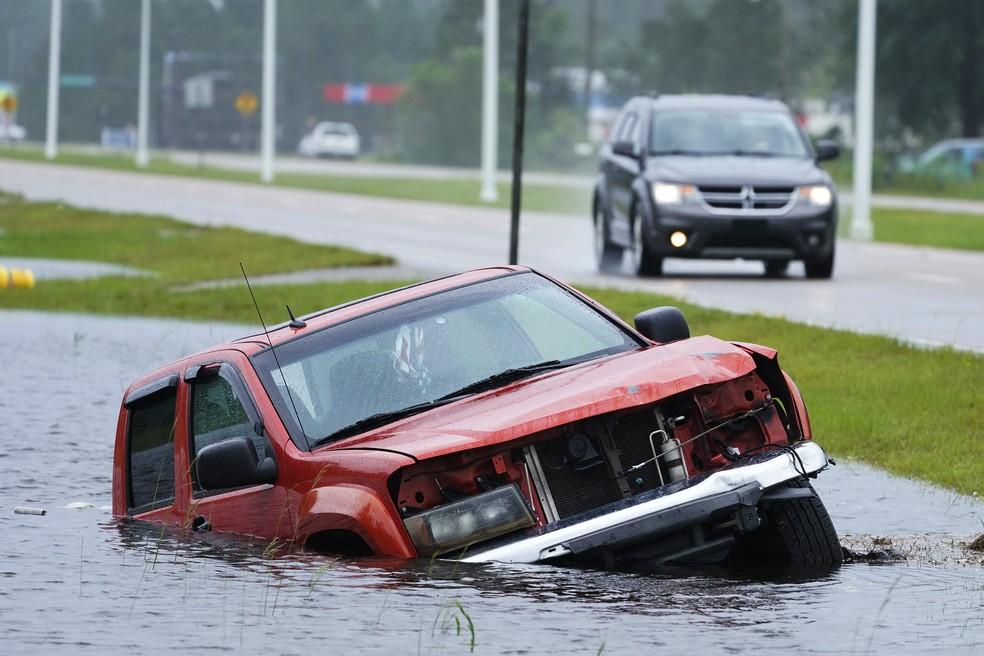 Foto de 29 de agosto de 2021 feita na cidade de Bay St. Louis, Mississippi, mostra um veículo parcialmente submerso após a passagem do furacão Ida — Foto: Steve Helber/AP