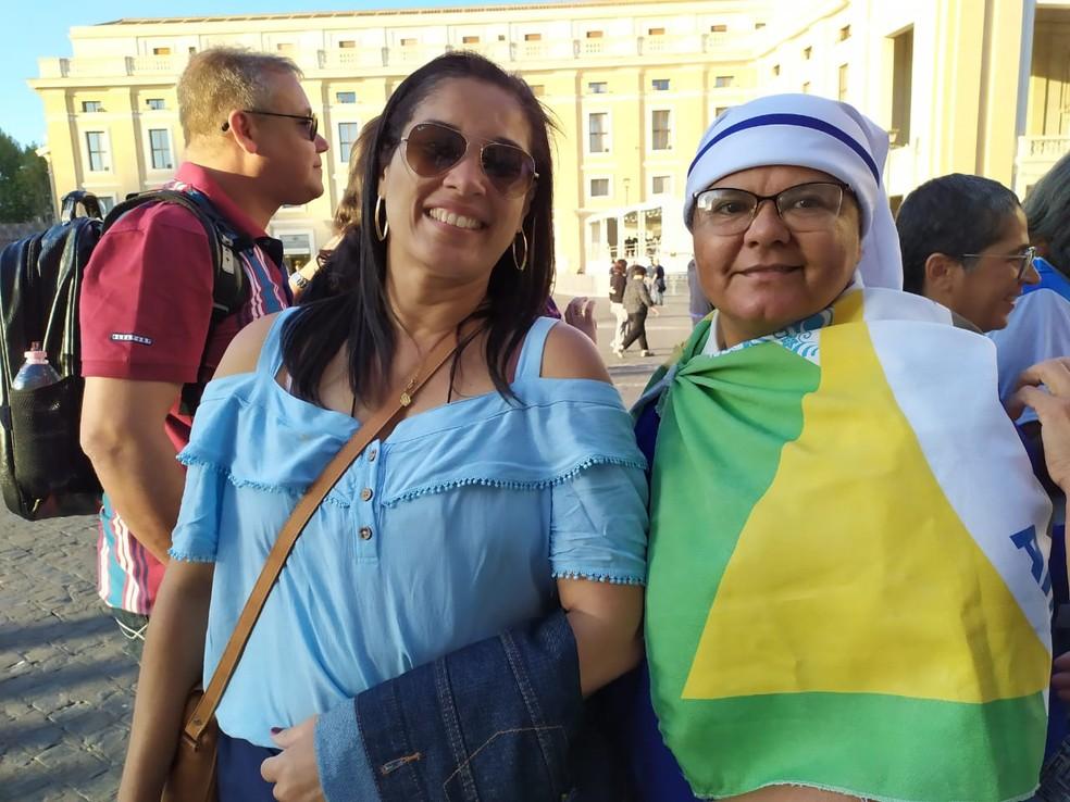 Kátia Gomes e a freira Josenete — Foto: Maiana Belo/G1 Bahia