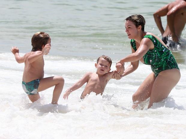 Regiane Alves curte praia com os filhos (Foto: Dilson Silva/AgNews)
