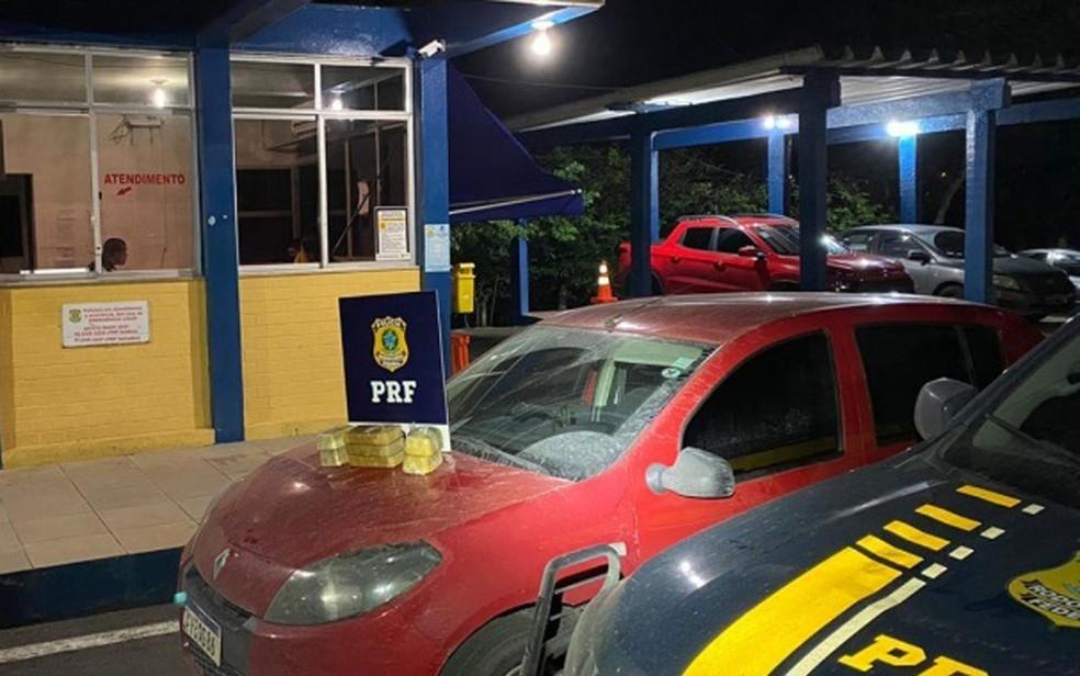 Casal é preso após ser flagrado com crack escondido dentro tanque de combustível de carro na Bahia. — Foto: PRF / Divulgação