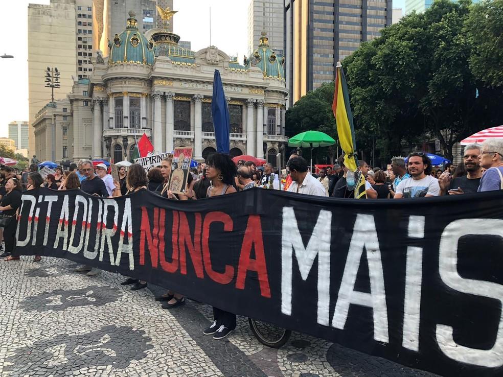 Manifestantes fazem protesto contra a ditadura militar na Cinelândia, Centro do Rio — Foto: Carlos Brito/G1