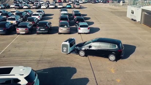 Robô chamado de Stan estaciona o carro para motoristas em aeroporto na França (Foto: Divulgação)