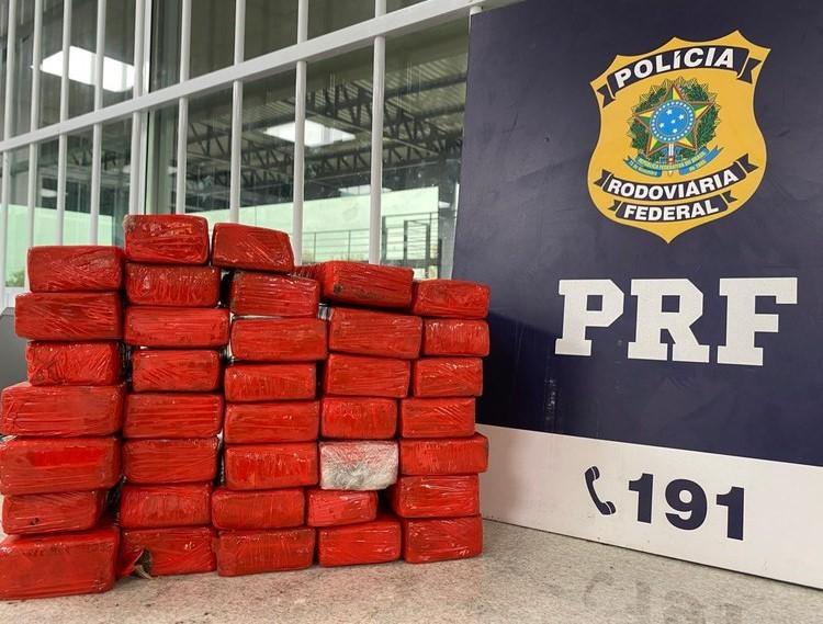 Passageira de ônibus é presa com quase 21kg de maconha escondida em mala no sudoeste da Bahia