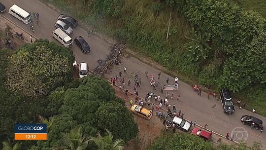 Agricultores fazem protesto na PE-60, em Barreiros