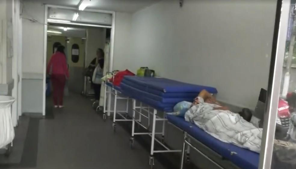 Equipe da Inter TV flagrou pacientes no corredor do Hospital Ferreira Machado, em Campos, no RJ — Foto: Reprodução/ Inter TV