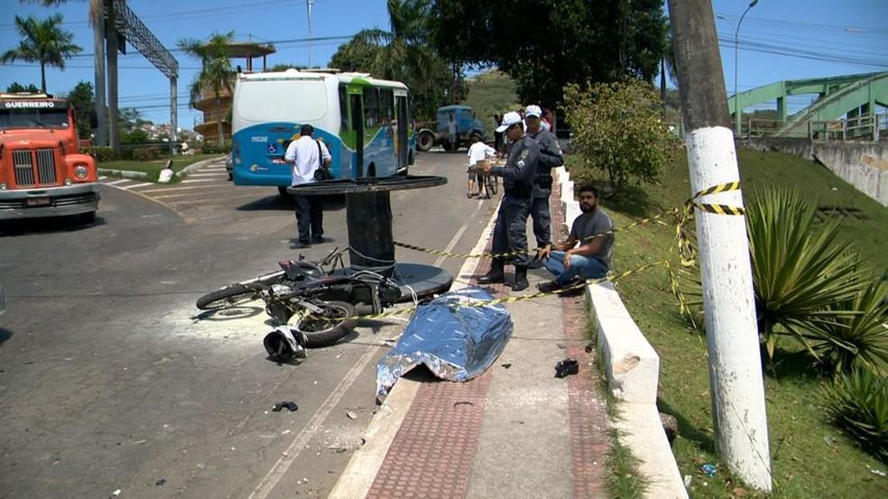 Bobina atingiu o professor, que estava em uma motocicleta — Foto: Reprodução/TV Gazeta