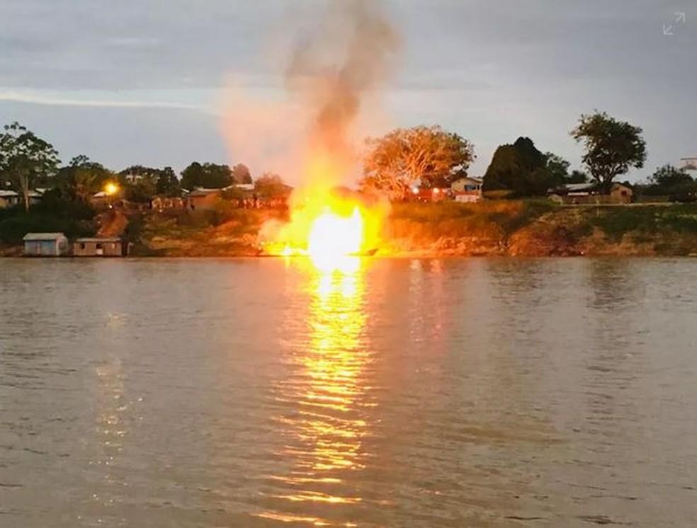 Embarcação explodiu no AC e deixou 18 pessoas em estado grave — Foto: Gledisson Albano/Rede Amazônica Acre