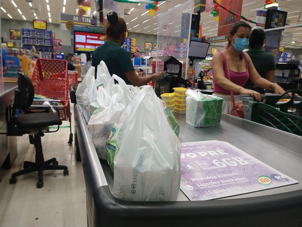 Em Manaus, lei vai proibir a utilização de sacolas plásticas — Foto: Paulo Frazão/Rede Amazônica