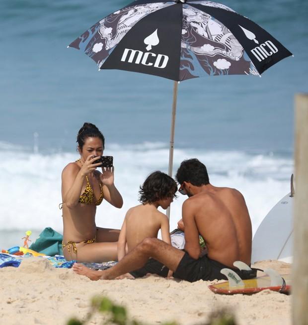 Danni Suzuki curte praia com o filho e Willyam Santana (Foto: Agnews)
