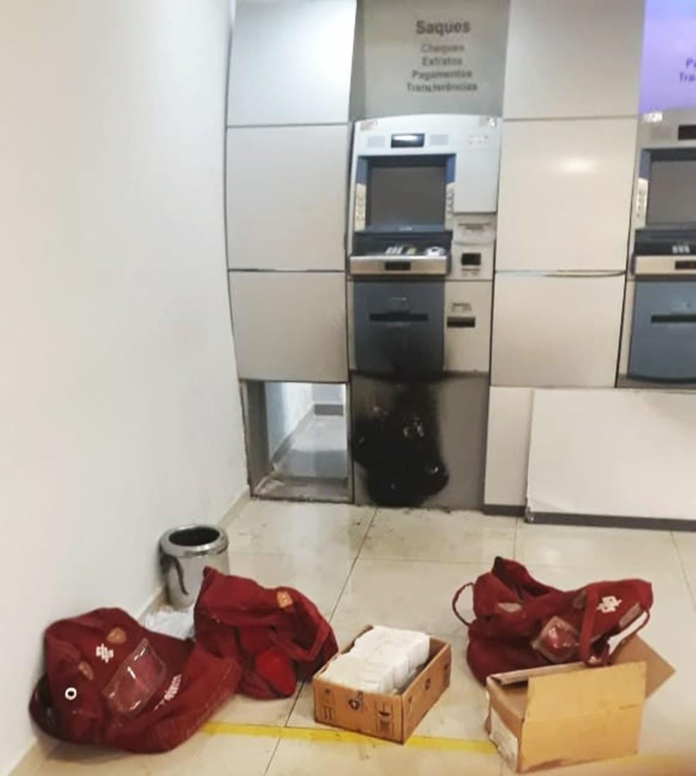 Malotes com cheques e documentos foram deixados para trás   — Foto: PMRN