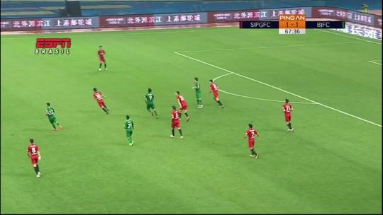 "Ex-Flamengo e Corinthians, Renato Augusto leva ""cotovelada"" de juiz na China. Assista!"