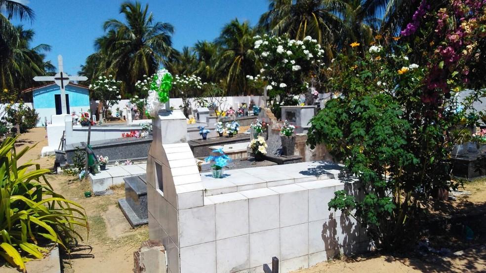 Cemitério de Punaú, no interior do RN, não tem coveiro, nem espaço para sepultamento. Há reaproveitamento de covas (Foto: Marksuel Figueredo/Inter TV Cabugi)