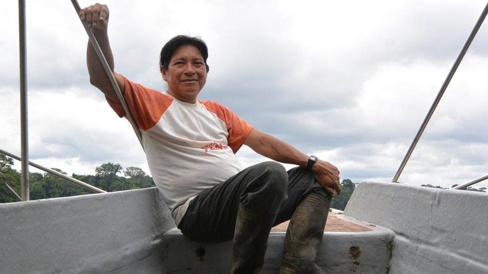 Hilario Saant foi um dos quatro tripulantes que trouxeram a canoa do porto de Iquitos, no Peru, até o território achuar. Foi uma viagem por 1.800 km do rio que demorou 25 dias (Foto: BBC)