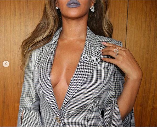 A cantora Beyoncé em foto de seu ensaio com look glamouroso (Foto: Instagram)