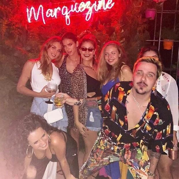 Bruna Marquezine com amigos (Foto: Reprodução/Instagram)