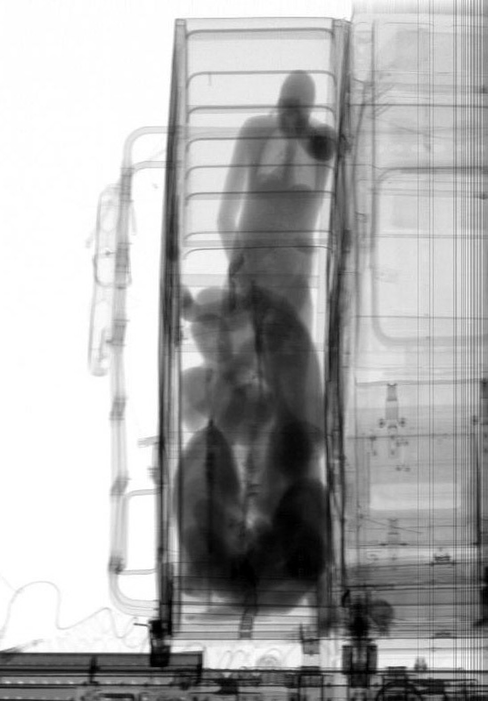 Escâner revelou pessoas e drogas em compartimento secreto em cabine de caminhão no Porto de Santos, SP  â?? Foto: G1 Santos