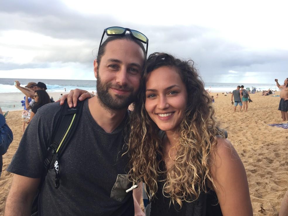 Casal da Suíça (Robert Trombetta e Sara Naef) não vê favorecimento a John John e concordou com notas do havaiano e do brasileiro (Foto: Carol Fontes)