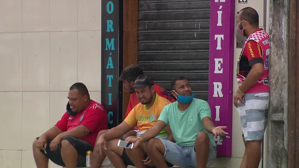 Em Jaboatão, pessoas usando máscaras de forma errada foram vistas neste domingo (17) — Foto: Reprodução/TV Globo