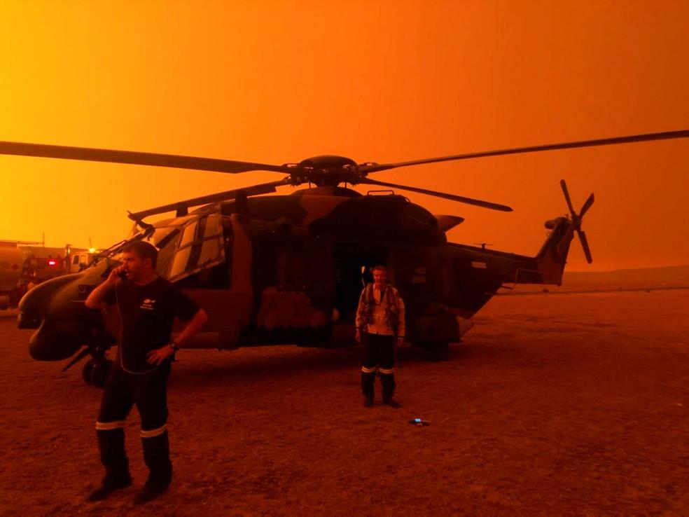4 de janeiro - Um helicóptero MRH90 do exército é utilizado em operação de combate aos incêndios florestais em Polo Flat, na Austrália — Foto: Exército australiano/Departamento de Defesa/Divulgação via Reuters