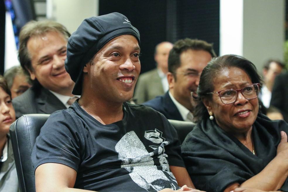 Ronaldinho Gaúcho e sua mãe Miguelina de Assis — Foto: Pedro Souza / Atlético