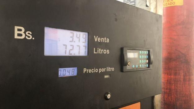 O preço oficial da gasolina na Venezuela é o mais baixo do mundo (Foto: Reprodução/BBC)