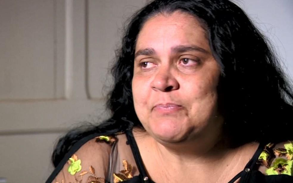 Adriana Cristina Peleteiro fala com orgulho do trabalho da irmã — Foto: Toni Mendes/EPTV
