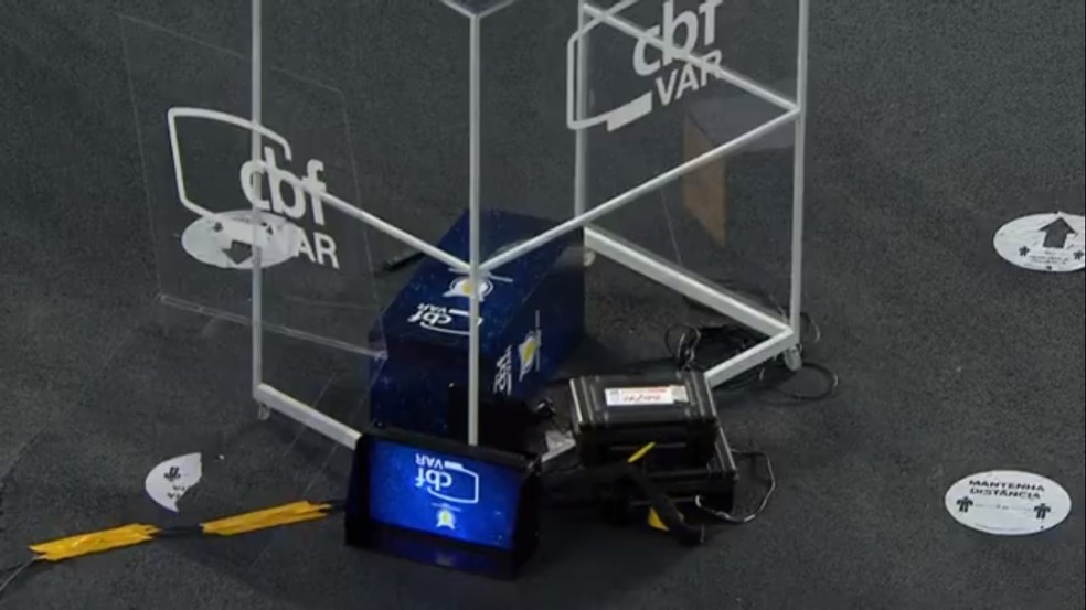 Gatito, do Botafogo, derruba equipamento do VAR após partida contra o Internacional — Foto: Reprodução