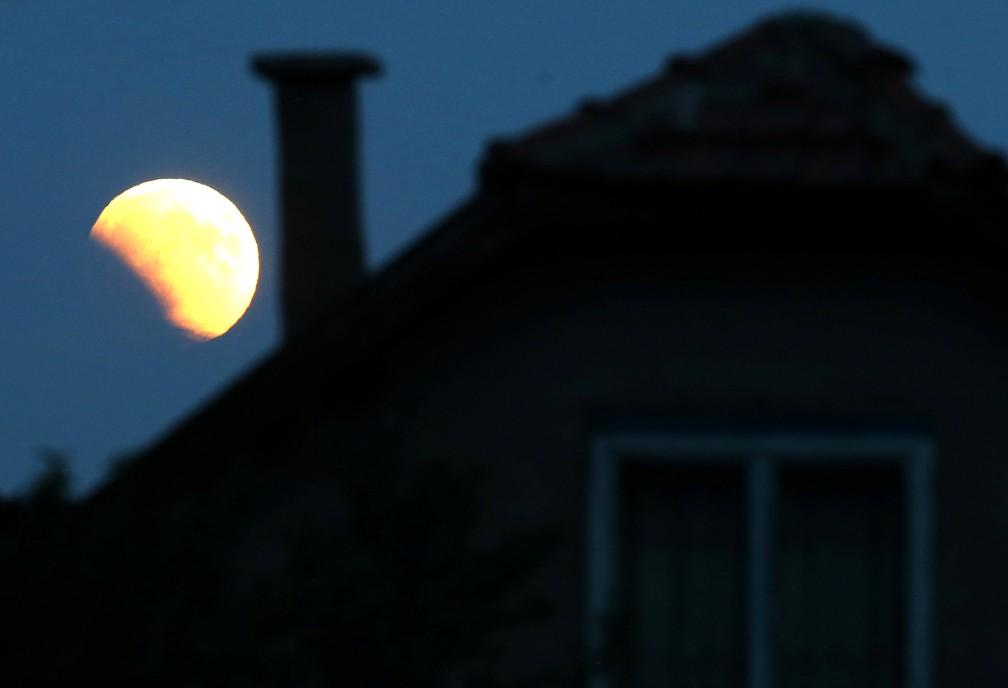 Eclipse lunar visto em Zenica, na Bôsnia. (Foto: Dado Ruvic/Reuters)