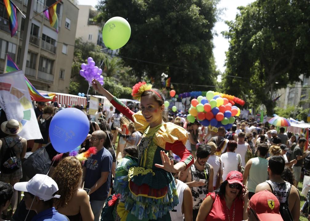 Público participa de parada gay nesta sexta-feira (8) em Tel Aviv (Foto: Sebastian Scheiner/AP Photo)
