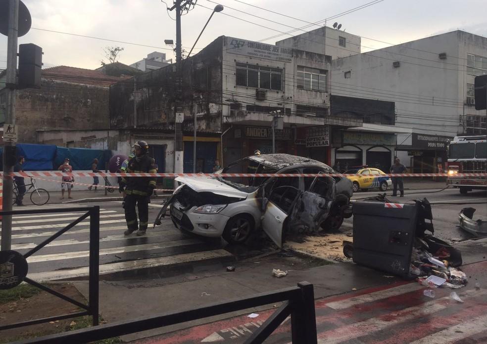 Carro foi queimado após confusão na Rua João Pessoa, em Santos, SP (Foto: Andressa Barboza/G1)