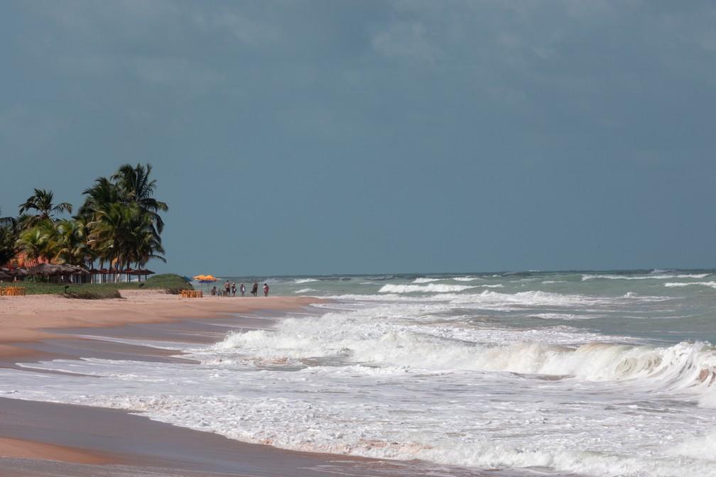 Praia de Guaxuma, na região Norte de Maceió: PF barato e mar mais bravo — Foto: Marcelo Brandt/G1